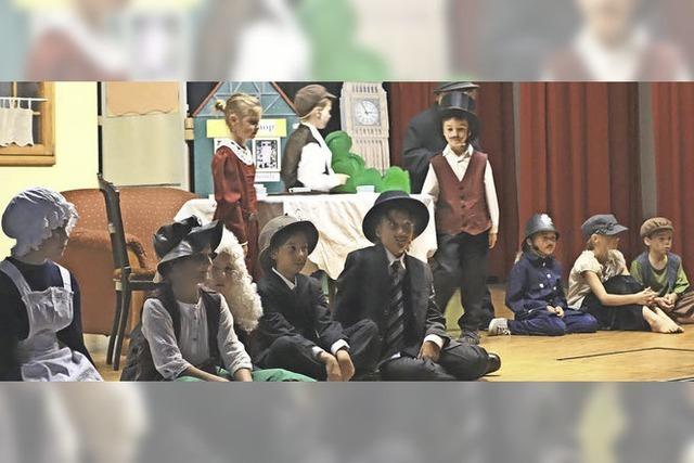 Junge Schauspieler glänzen auf der Theaterbühne