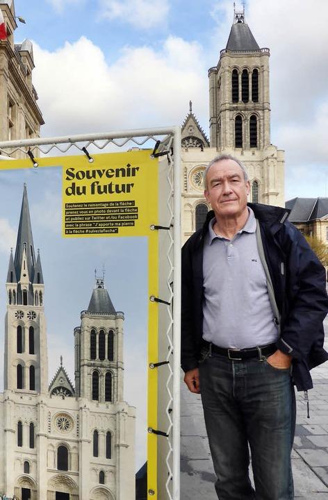 Initiator Luc Fauchois mit Werbeplakat vor der Kathedrale von St. Denis  | Foto: Michael Neubauer