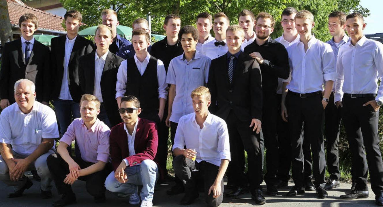 Die ersten 21 Abiturienten   des Techn...eider über die bestandenen Prüfungen.   | Foto: privat
