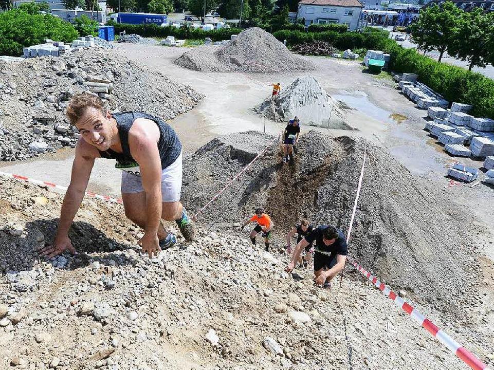 Außerdem mussten die Läuferinnen und Läufer auf Sandhügel...    Foto: Rita Eggstein