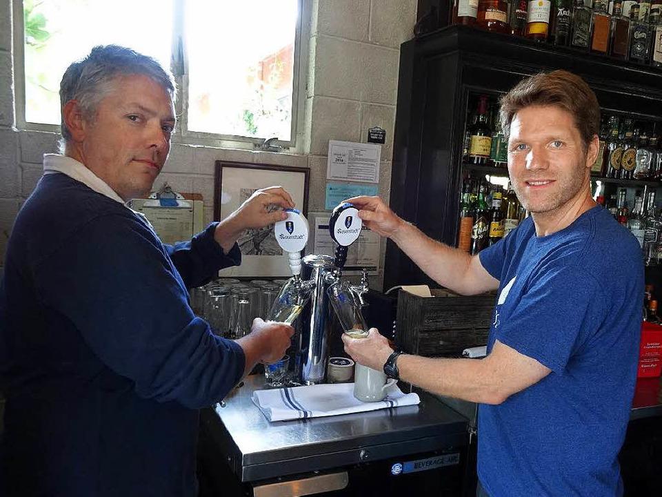 Nick Greiner und Tobias Hahn machen gemeinsam das  Rosenstadt-Bier.    Foto: Brigitte Geiselhart