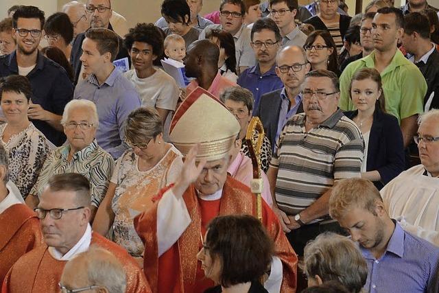150 Gläubige ließen sich vom Weihbischof firmen