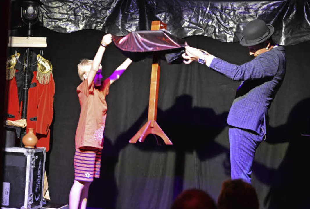 Daniel Bornhäuser lässt mit einem Jungen einen Tisch schweben.     Foto: Martin Eckert