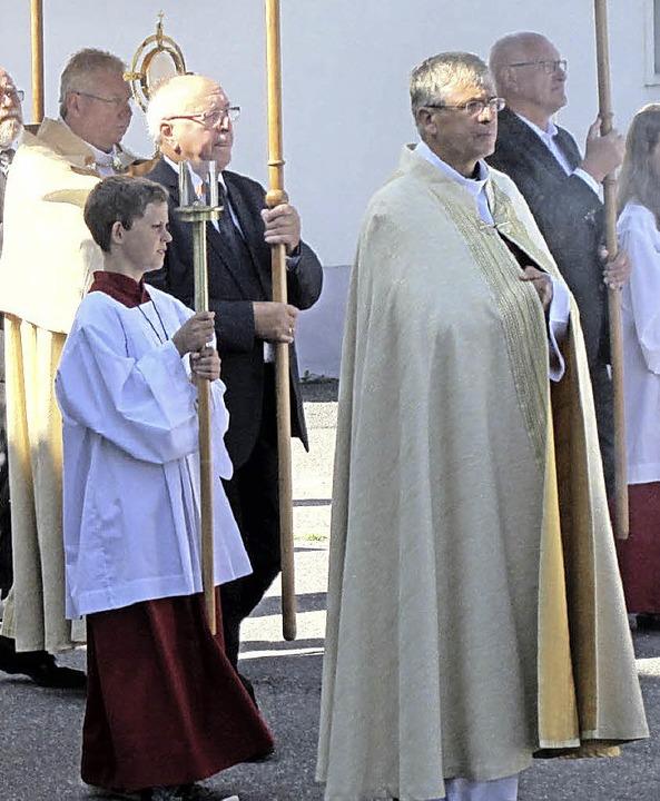 Mit einer Prozession durch den Dorfker...ten Öflingens Katholiken Patrozinium.   | Foto: Hansjörg Bader