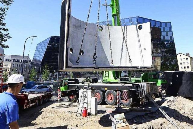 Auf dem Platz der Alten Synagoge wird Technik im Boden versenkt
