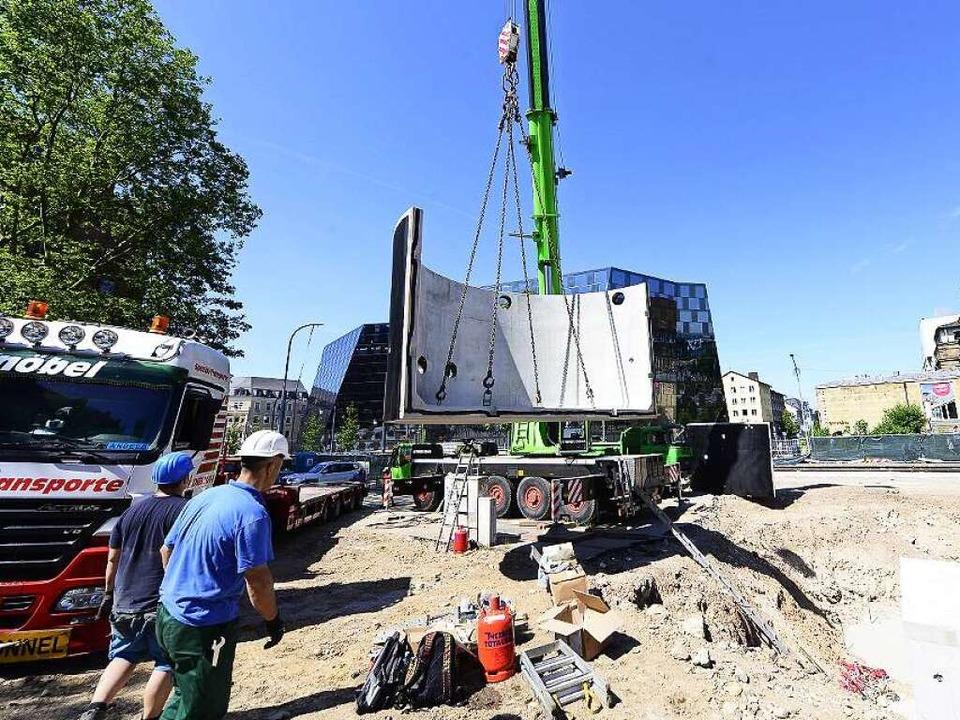 Ein Kran hebt am Freitag Bauteile für ...die Grube im Platz der Alten Synagoge.  | Foto: Ingo Schneider