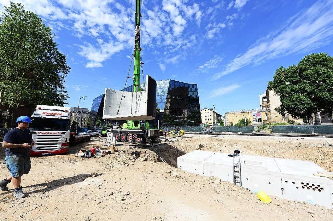 Technik und Wassertank für den neuen Platz und seine Brunnen  werden versenkt.  | Foto: Ingo Schneider