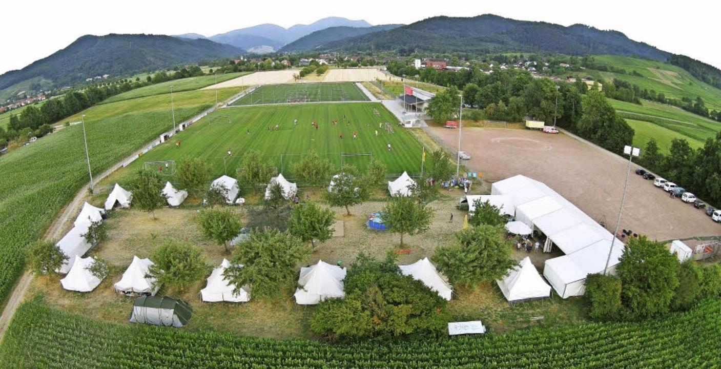 Aus der Vogelperspektive: Das Zeltlage...fener Sportplatz westlich von Grunern.  | Foto: privat/Gabriele Hennicke