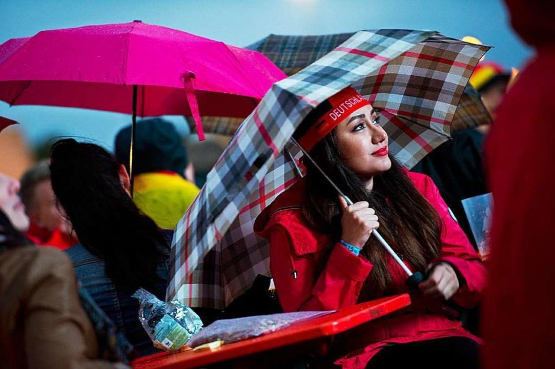 Das schlechte Wetter dämpfte die EM-Be...as Public Viewing auf der Neuen Messe.    Foto: Miroslav Dakov