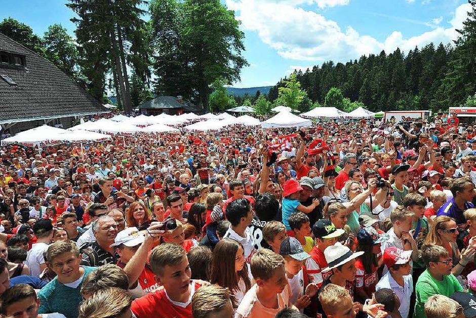 Große Bühne fürs neue Jersey: Der SC Freiburg zeigt sein neues Trikot und sein neues Team – bei Interviews, Autogrammen und vielen Spaß-Aktionen kommen die Fußballfans bei der Staatsbrauerei Rothaus in Grafenhausen auf ihre Kosten. (Foto: Achim Keller)