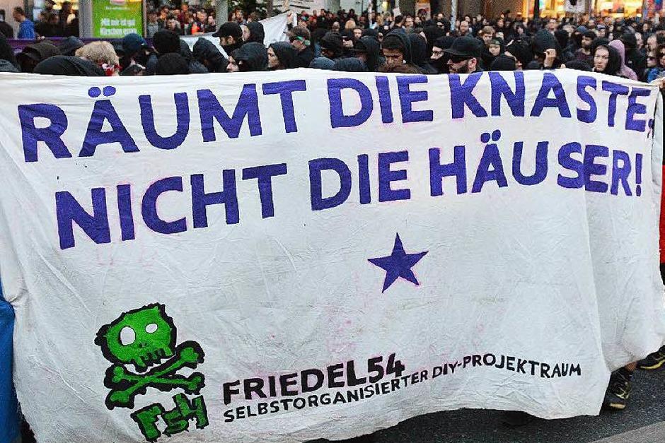 Krawalle in Berlin-Friedrichshain: Linke und linksextreme Gruppen unterstützen Autonome, die Häuser in der Rigaer Straße bewohnen. (Foto: dpa)