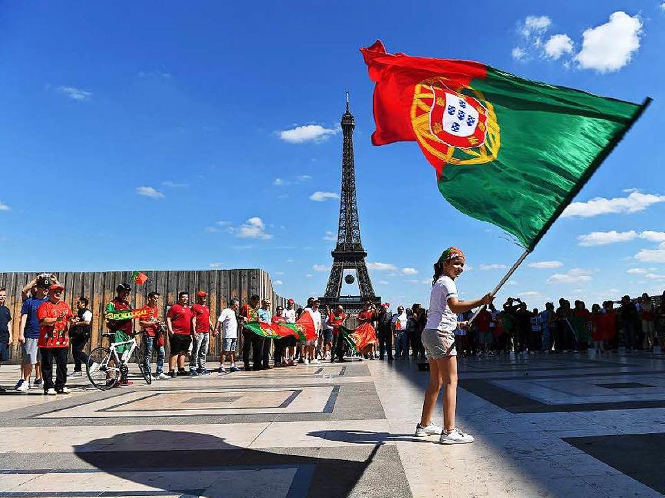 Portugiesische Fans in Paris: Wer wird Europameister?  | Foto: dpa