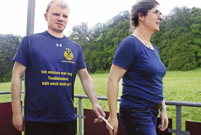 Sven Fiedler und Taubblindenassistenti...e sie mit dem Seilring laufen können.   | Foto: Sonja Zellmann