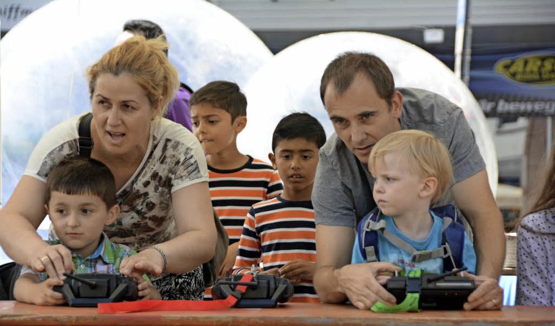 Wer ist da mehr bei der Sache: Kind, Vater oder Mutter?  | Foto: Hannes Lauber