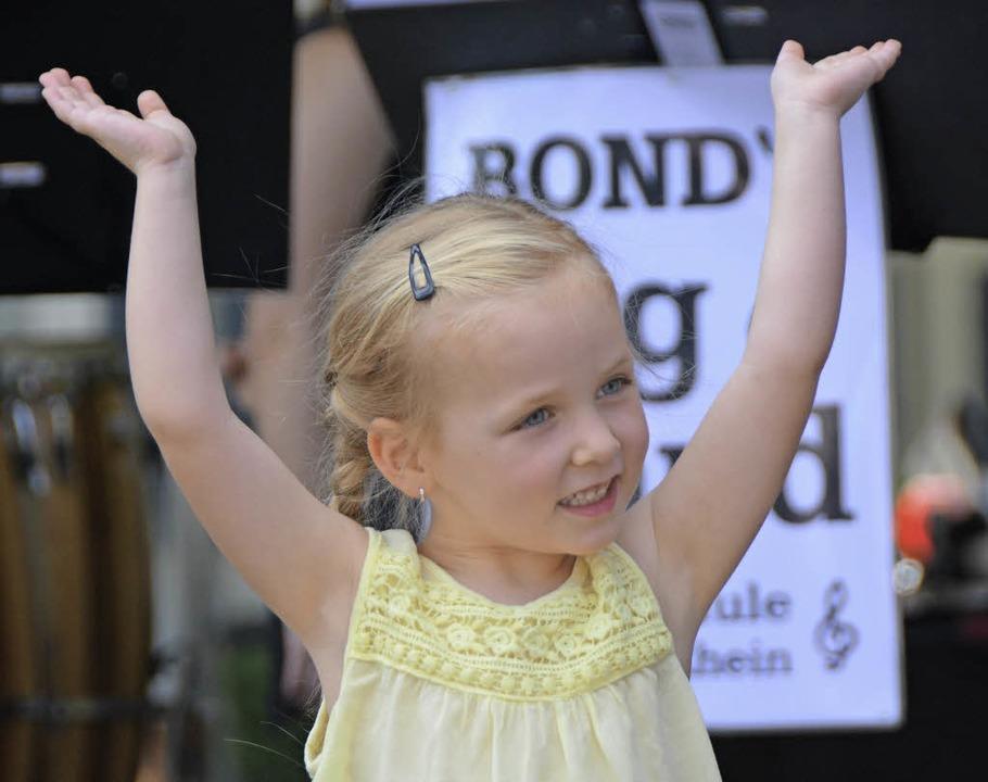 Die Jüngsten der Tanzschule Cyranek-Schmidt tanzten vor Bond's Big Band.  | Foto: Hannes Lauber