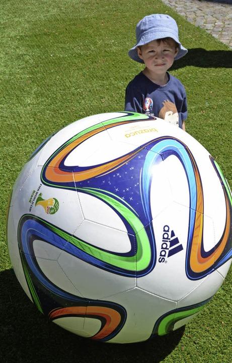 Ein Riesenfußball beeindruckte die gan...rums auf der Hauptstraße sehr gut an.   | Foto: Lauber