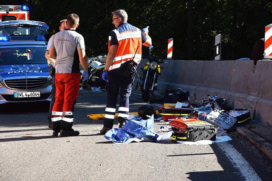 Einsatzkräfte am Unfallort in der Löffelbachkurve.  | Foto: Martin Ganz