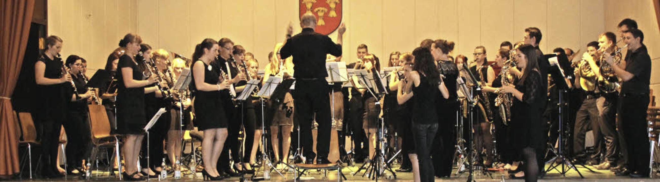 Um Platz für alle Jungmusiker zu schaf...ollbach  auch mal im Stehen musiziert.  | Foto: Cremer