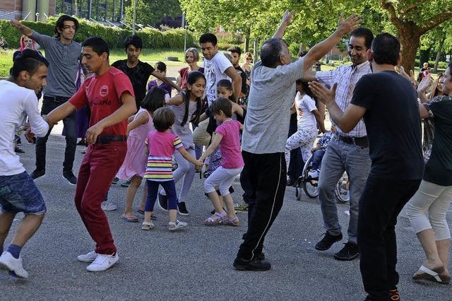 Deutscher Kuchen und arabische Grillsoße: Flüchtlinge und Helfer feiern ein gemeinsames Sommerfest