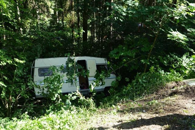 Wohnmobil mit Insassen stürzt Hang hinunter