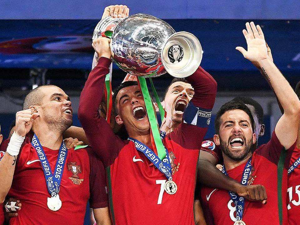 Ronaldo und seine portugiesischen Teamkollegen feiern den EM-Titel.  | Foto: dpa