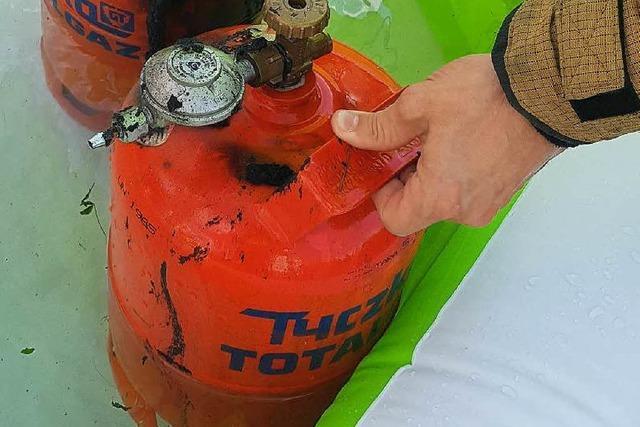 Feuerwehr löscht Grill – und kühlt Gasflaschen im Pool