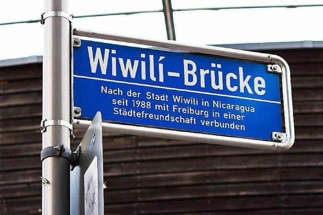 Unbekannter stößt Mann von blauer Brücke in Freiburg