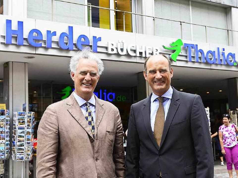 Raimund und Manuel Herder vor der Buchhandlung in Freiburg    Foto: Ingo Schneider