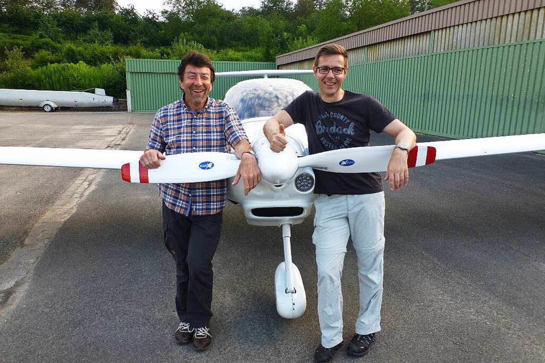 Wendelin Hug (links) und Holger Obergf...igen Flieger auf den Weg nach Marokko.  | Foto: Privat