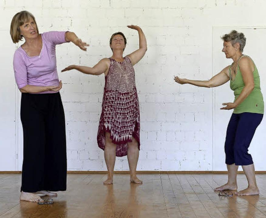 Ursula Schüler (Mitte) und Iris Fritz ...resgruppe von Elana Mannheim (links).   | Foto: Ingo Schneider