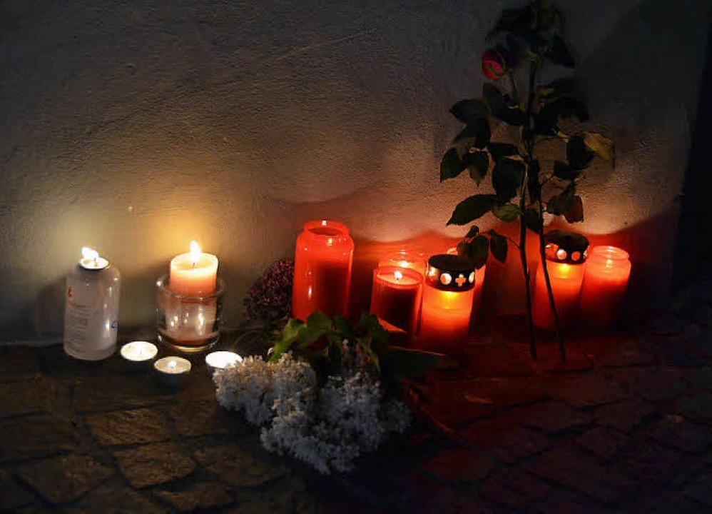 Am Abend  legten Bürger am Ort des gra...steria Eden Kerzen und Blumen nieder.   | Foto: Martin Eckert/Winfried Dietsche