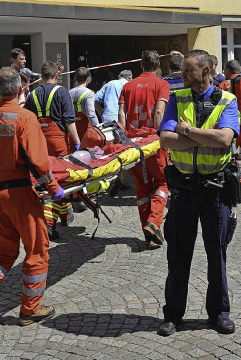 Dutzende   Rettungskräfte waren in der Altstadt  im Dauereinsatz.  | Foto: Martin Eckert