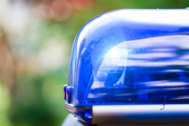 Rollerfahrer flüchtet vor der Polizei und verletzt Fußgängerin