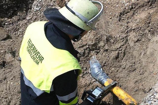 Bagger reißt Gasleitung auf: Feuerwehr im Einsatz
