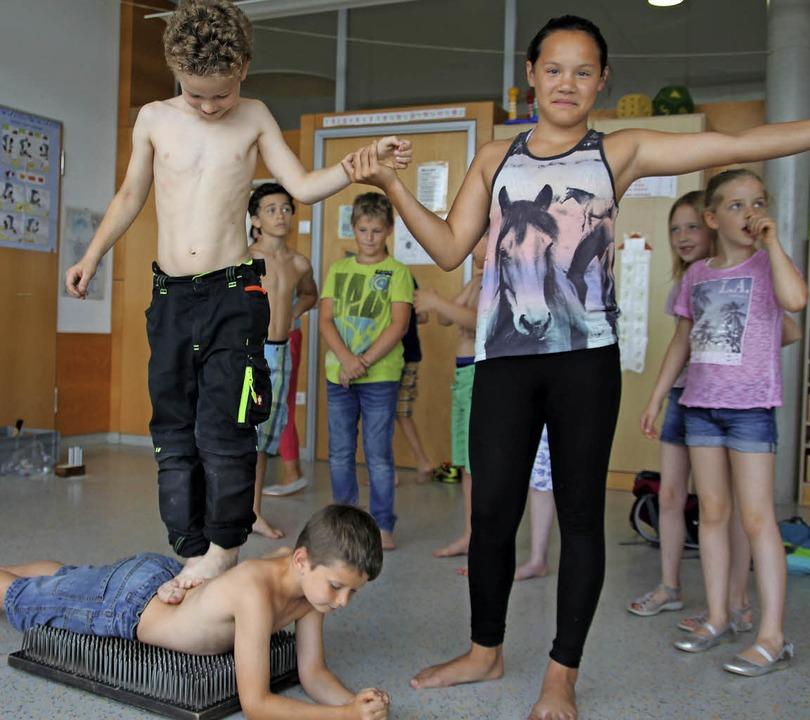 Leidenschaftliche studieren die Schüle...tische und magische Zirkusnummern ein.  | Foto: Sabine Model