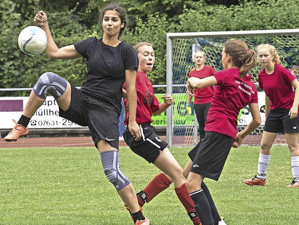 Kampf um jeden Ball: Auch bei den Spie...r Mädels geht es ordentlich zur Sache.    Foto: Volker Münch