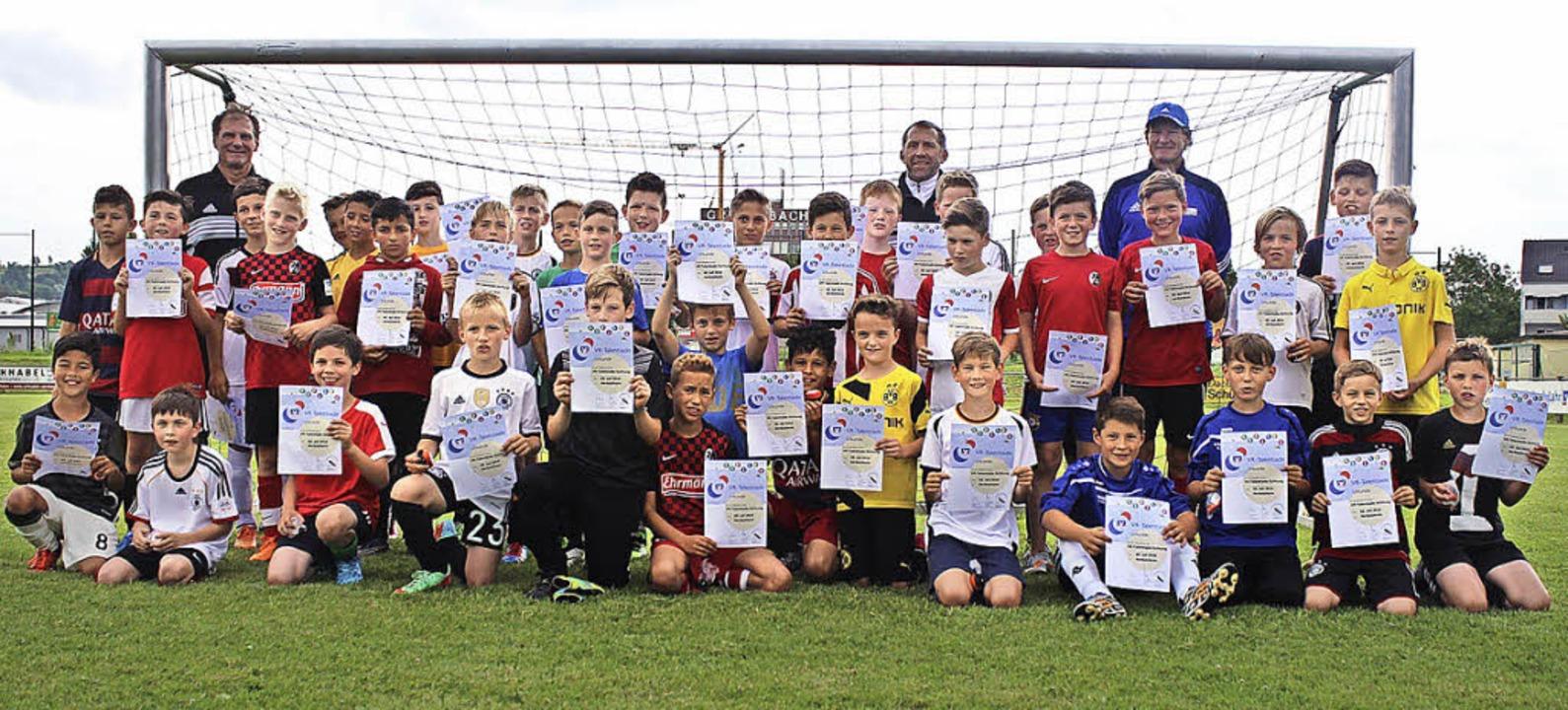 Die jungen Fußball-Talente mit ihren Urkunden.  | Foto: Privat