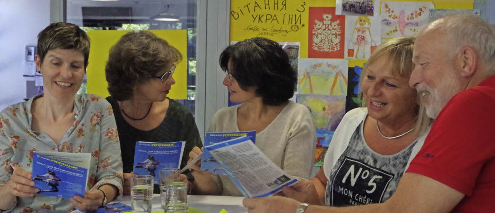 Sie tragen und unterstützen die Kiwani...ndschule) und Georg Metzger (Kiwanis).  | Foto: Katharina Bächle