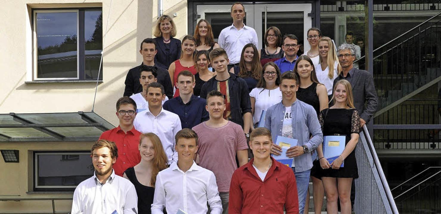 Die ausgezeichneten Absolventen  mit d...terin Barbara Berhorst (hinten links).  | Foto: BSZ