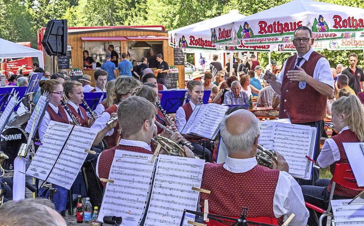 Beim Waldfest der Trachtenkapelle Roth...ingen unter Leitung von Markus Bölle.   | Foto: Chris Seifried