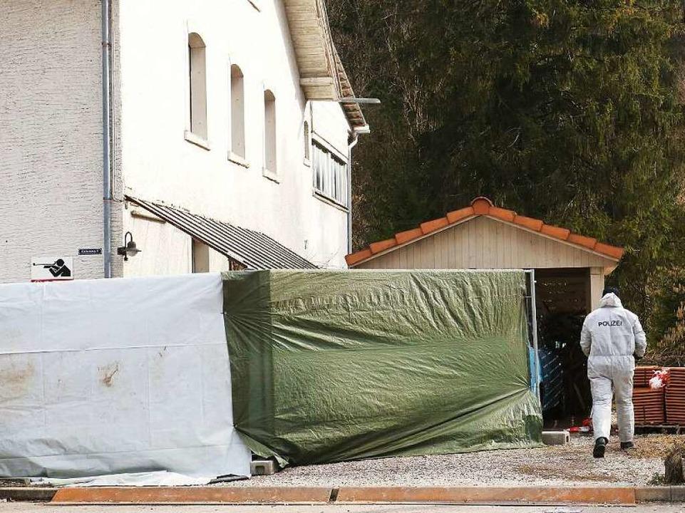 Spurensicherung am Tag nach der Tat: I...nter der Polizeiabsperrung verborgenen    Foto: Wilfried Dieckmann