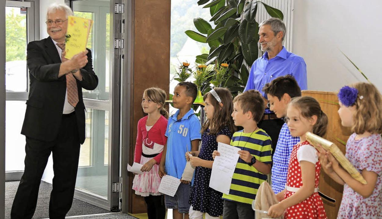 Gedichte und  Geschenke gab es für Wol...udt von Schülern aller Klassenstufen.   | Foto: Sandra Decoux-Kone