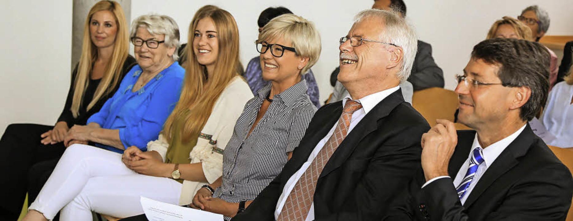 Herzliche Verabschiedung: (von rechts)...azwischen Schwiegermutter Margret Hug.  | Foto: Sandra Decoux-Kone