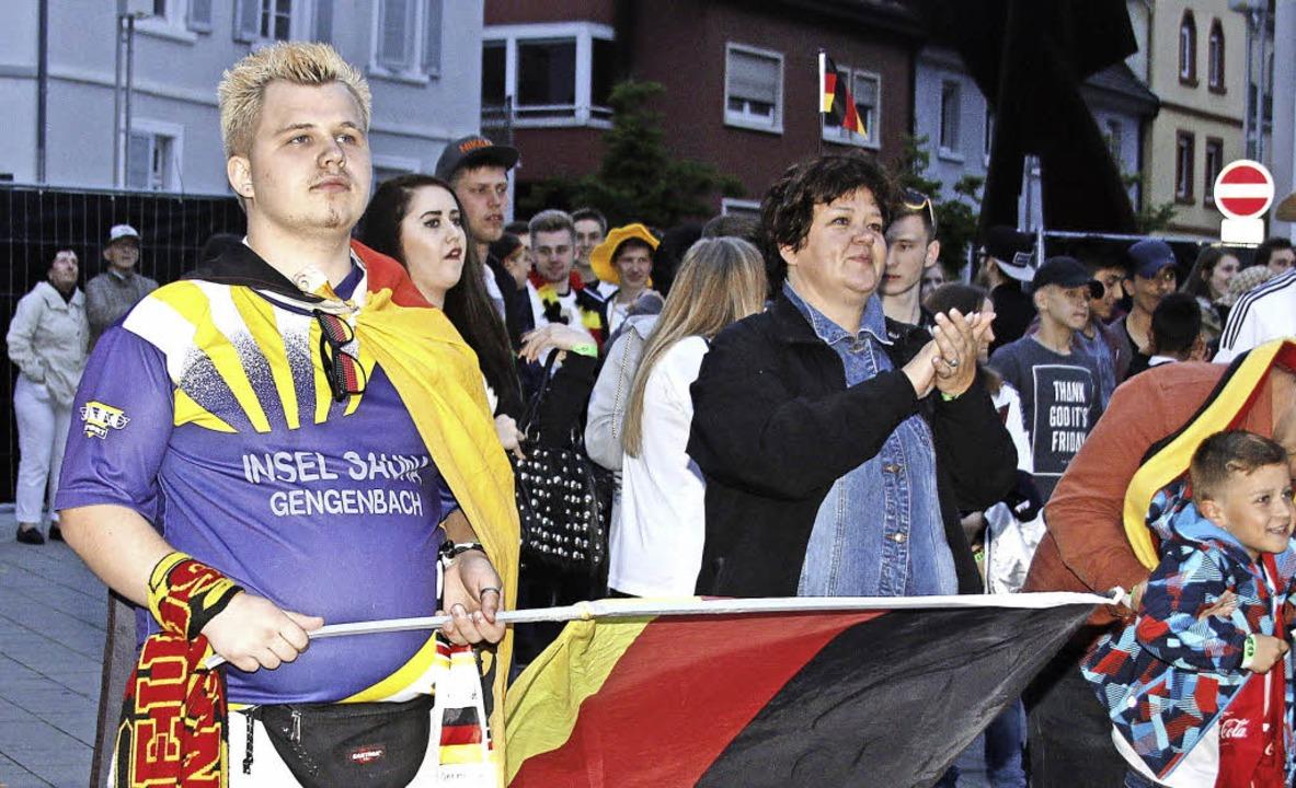 Public Viewing auf dem Rathausplatz: W...nd, hält sich der Andrang in Grenzen.   | Foto: heidi fössel