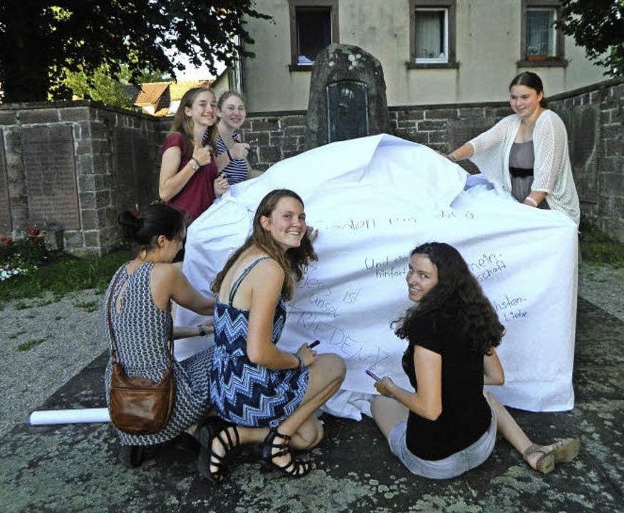 Verhüllt: Das Steinener Kriegerehrenmal nach der Aktion der Petrusgemeinde   | Foto: privat