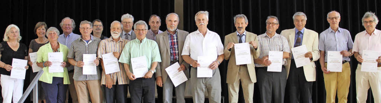 Mit ihren goldenen Abiturzeugnissen po...r-Gymnasiums für das Erinnerungsfoto.     Foto: Seitz