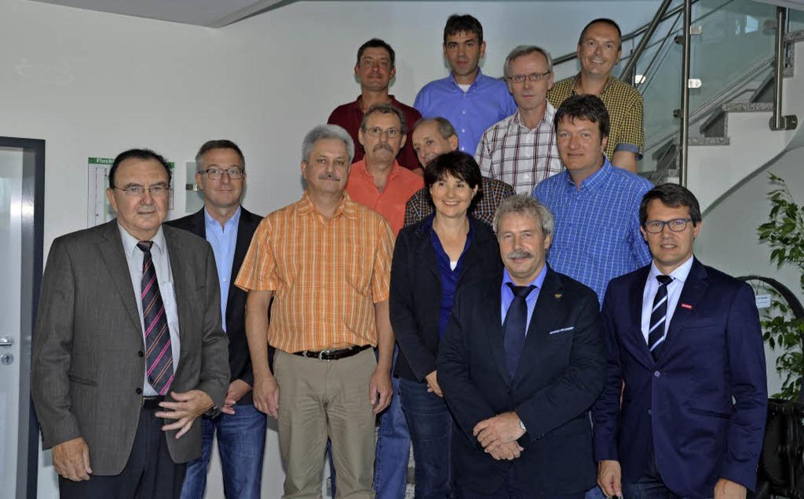 Die Gesellschafter der Firma  Thoman, ...andwerkskammer (rechts) gratulierten.   | Foto: Han-Jochen Voigt