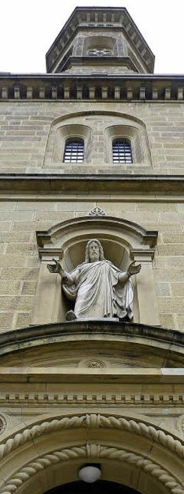 Der Namensgeber der Christuskirche ist...dem Eingangsportal als Statue präsent.  | Foto: Ingo Schneider