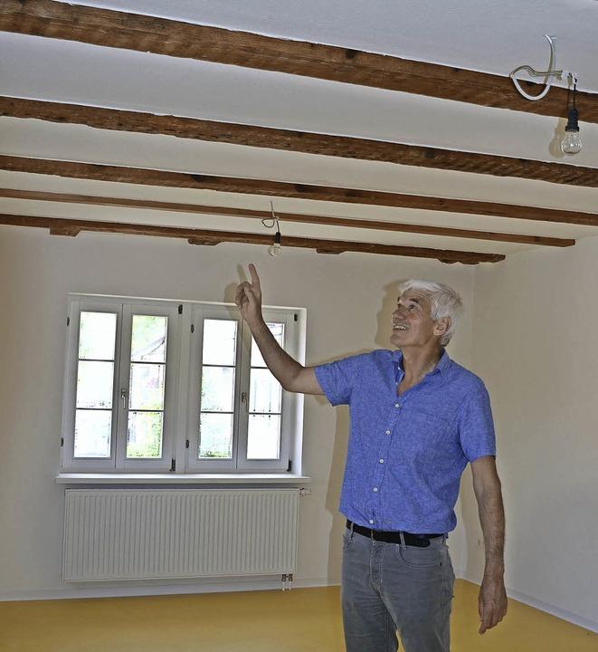 Josef Schweizer im Obergeschoss: Hier ...auch eine Wohnung eingerichtet werden.  | Foto: Gabriele Hennicke
