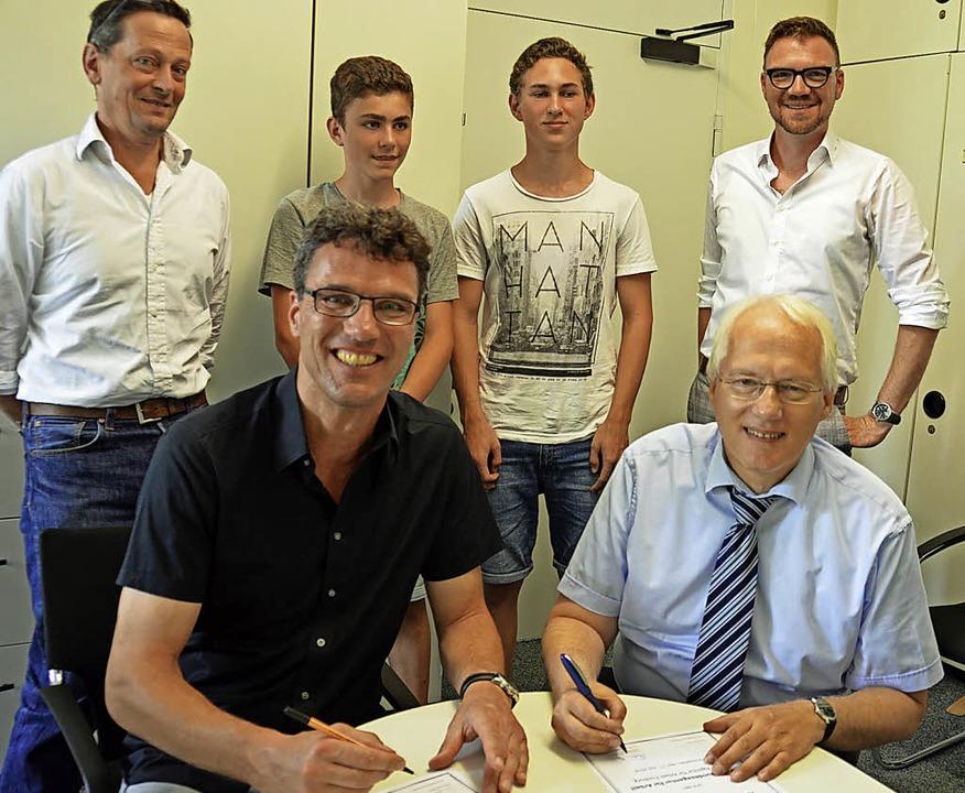 Realschulrektor Ulrich Denzel (links) ...ater Tilmann Betz (hinten von links).   | Foto: Gerhard Lück